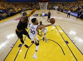 Curry y James pelean bajo el aro.