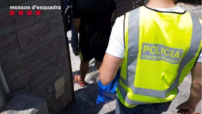 Detenidos cinco hombres por estafar a ancianos haciéndose pasar por operarios de servicios.