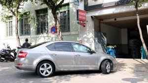 Uno de los vehículos policiales con los que han trasladado a Dolors Bassa de la cárcel a la clínica de Girona en la que se encuentra su madre