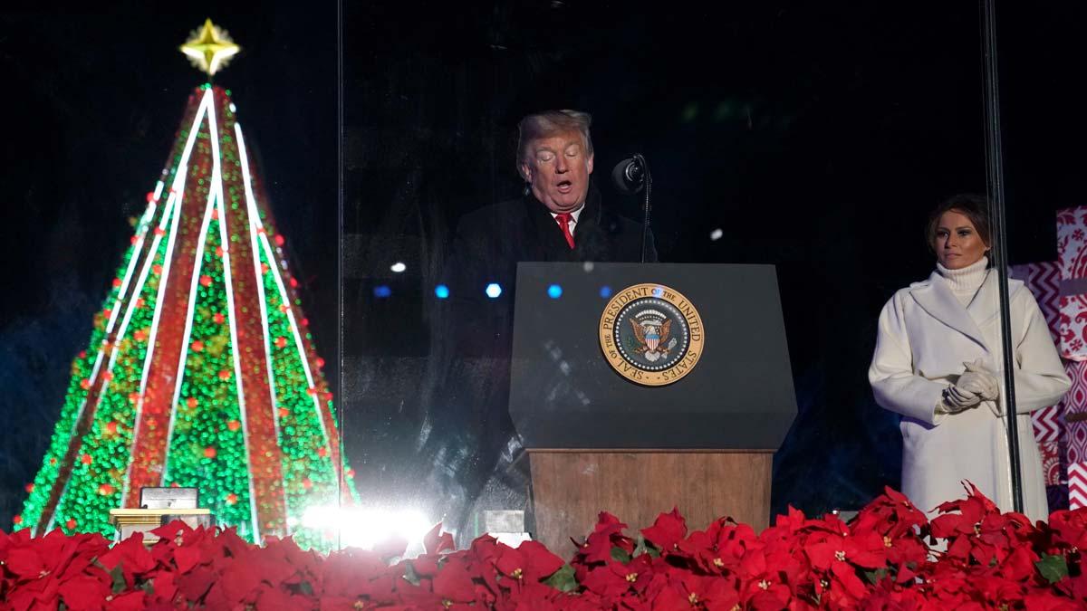Donald Trump enciende la iluminación del árbol de Navidad en Washington.