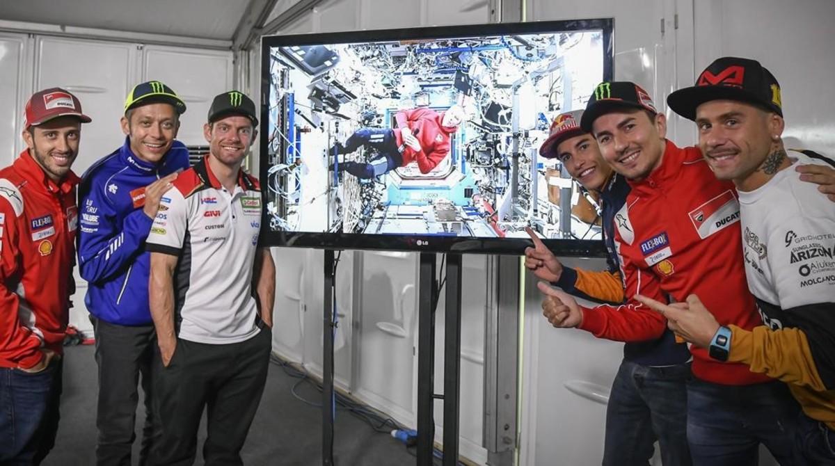 Dovizioso, Rossi, Crutchlow, Márquez, Lorenzo y Bautista posan junto al austronauta norteamericano Feustel.