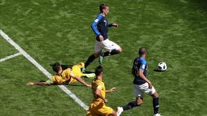 La entrada de Risdon a Griezmann que ha requerido el VAR y que finalmente ha sido juzgada como penalti.