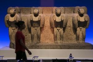 Els quatre babuïns impúdics de més de sis tones arribats del Louvre; al costat, estàtua de Sekhmet amb cap de lleona. A sota, detall del braç duna cadira en forma de cap de lleó.