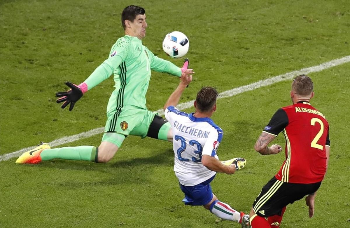 Emanuele Giaccherini anota el primer gol deItalia freente a Bélgica.