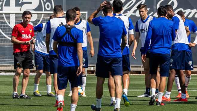 Imágenes del entrenamiento del Valencia CF en la Ciudad Deportiva de Paterna, antes de viajar hacia Jerez de la Frontera donde estarán concentrados hasta la final de la Copa del Rey que se disputarán el sábado contra el Fútbol Club Barcelona.