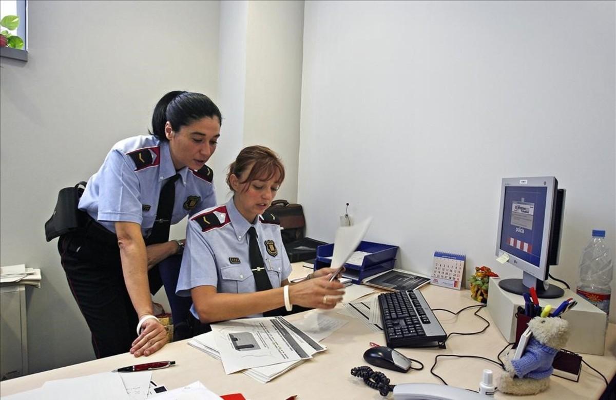 Dos agentes de los Mossos, en una comisaría del cuerpo.