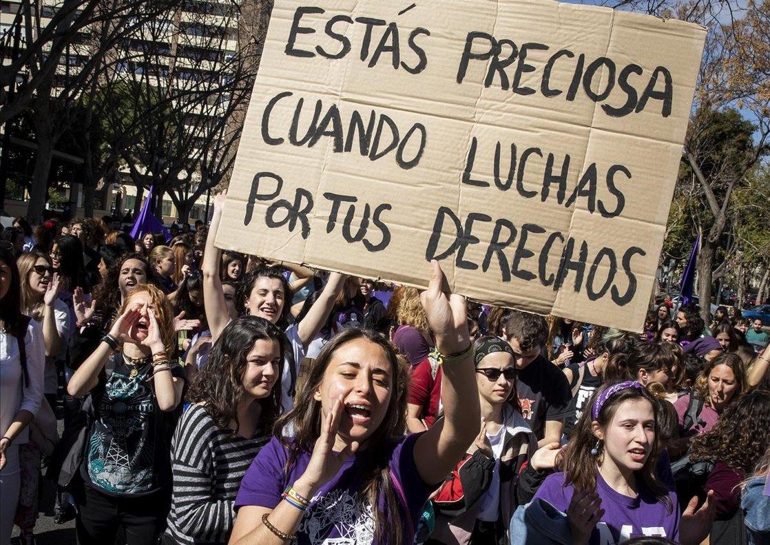 Estudiantes de la Universitat de Valencia en la manifestación feminista del 8-M de 2019ante el Rectorado.