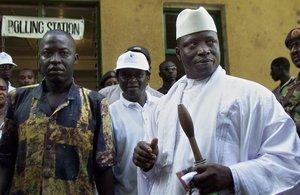 El expresidente de Gambia Yahya Jammeh (izquierda), con su vara de mando y su ejemplar del Corán.