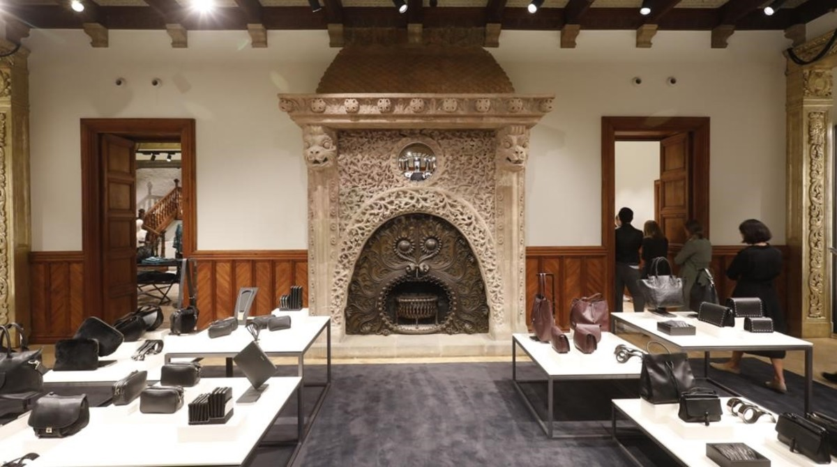 La famosa chimenea que Josep Pascó proyectó en 1902 para el comedor de la casa familiar de Ramon Casas y que ahora luce en Massimo Dutti.