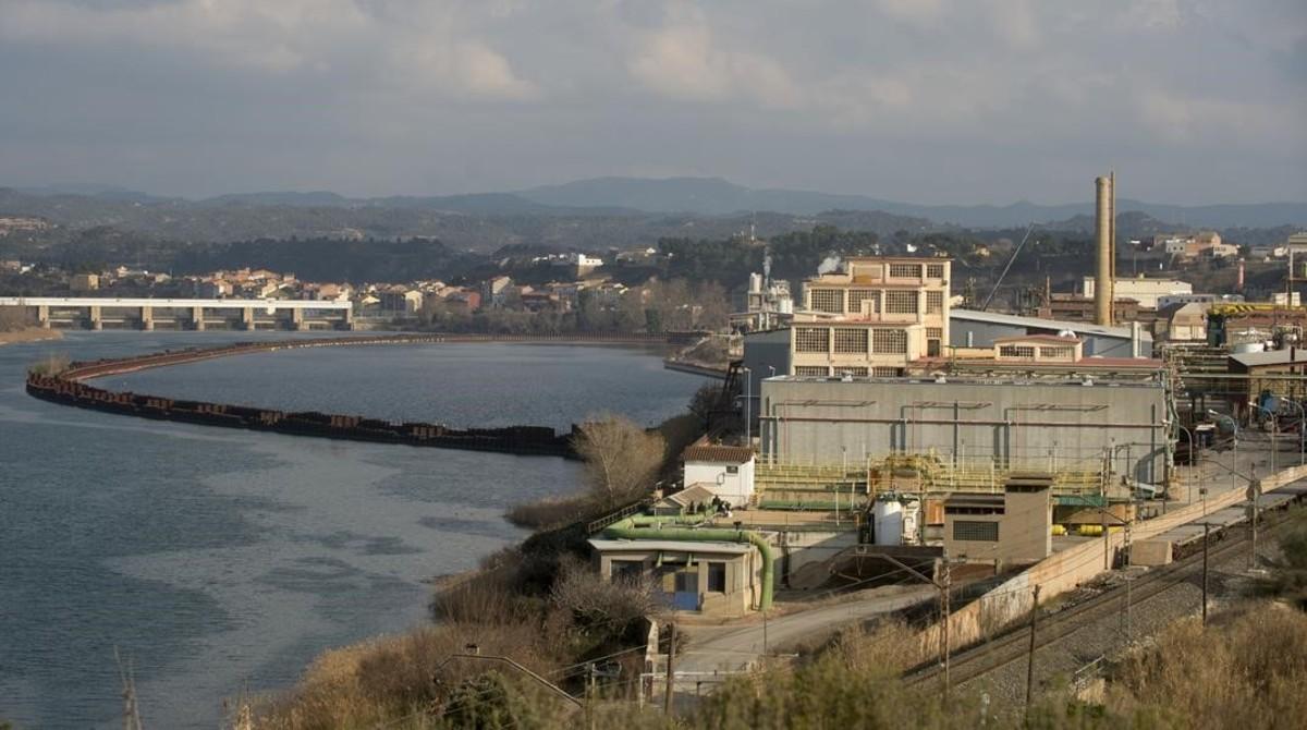 El recinto industrial de Ercros, junto al pantano de Flix.