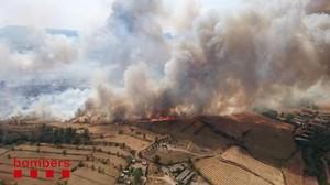 Los bomberos levantan la orden de evacuación por el incendio de Sant Fruitós de Bages