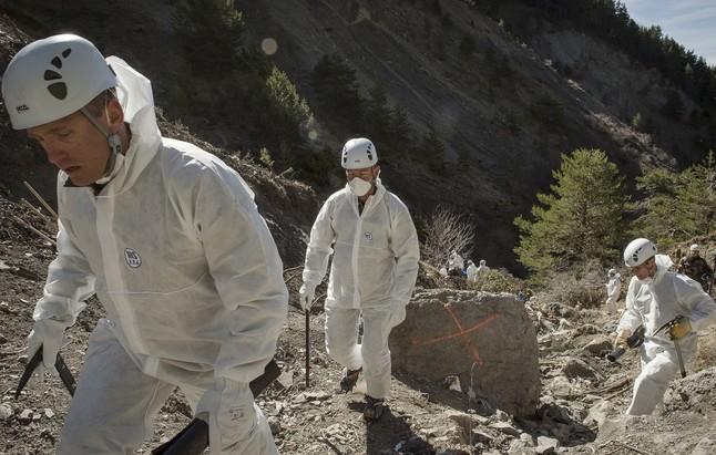 Los investigadores trabajando en la zona del accidente este pasado sábado.