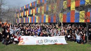 Foto de grupo de los cerca de 400 monitores participantes en la Jornada de la Federació Catalana de l'Esplai.