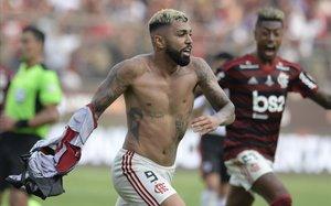 Gabriel Barbosa, Gabigol, celebra después de marcar el tanto decisivo para Flamengo