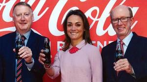 Damián Gamell (izquierda), nuevo consejero delegado de Coca-Cola European Partners, con Sol Daurella y John Brock.