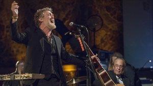 Glen Hansard, con Javier Mas en segundo plano, el miércoles en el Palau de la Música