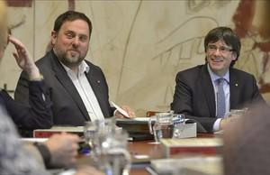 El president Carles Puigdemont y el vicepresidente Oriol Junqueras, durante la reunión del Govern.