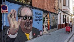 Graffiti satírico del artista J Warx en una calle de Valencia, en agosto del 2020, tras conocerse la marcha de Juan Carlos de España.