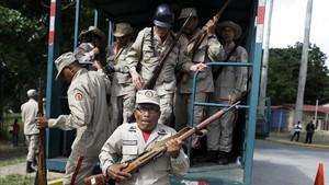 Un grupo de milicianos en las maniobras militares en Caracas.