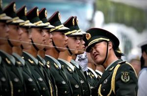Guardias de honor chinos se preparan para la llegada del presidente de China, Xi Jinping, durante una ceremonia en Pekin.