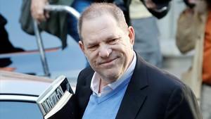 Harvey Weinsten, a su llegada a una comisaría de Manhattan