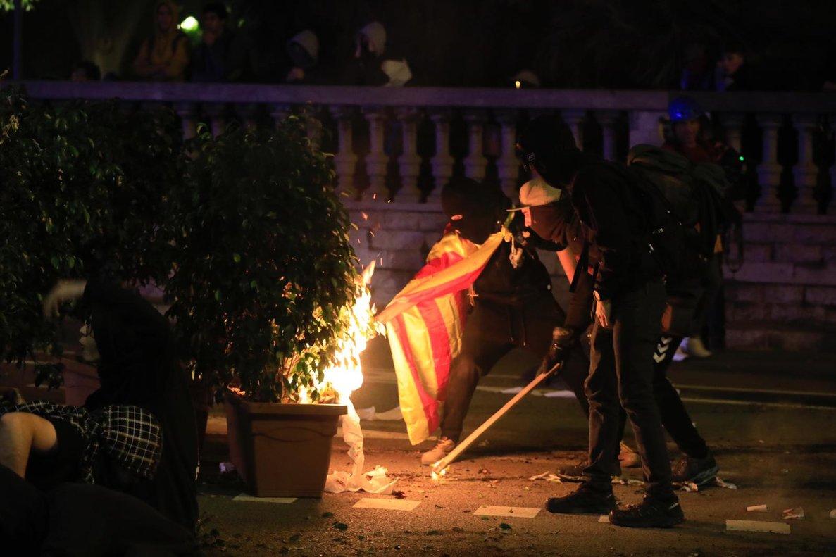 Hoguera en la plaza Tetuán durante la protesta de los CDR ante Interior.