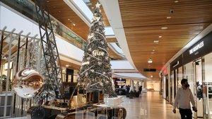 Un hombre camina junto a las decoraciones navideñas dentro de un centro comercial que ha reabierto cuando se alivian las restricciones de la enfermedad por coronavirus en Beirut (Líbano).
