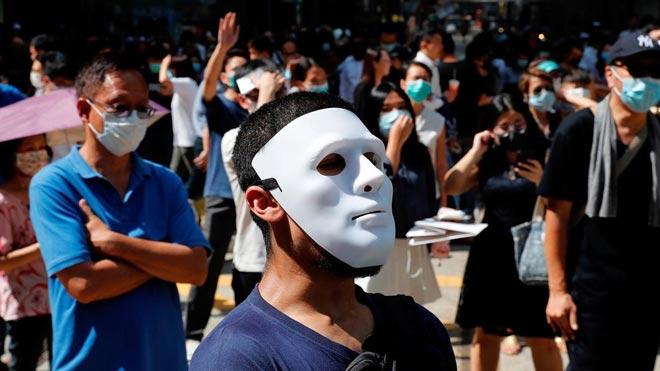 Hong Kong prohíbe manifestarse con la cara tapada o mascaras.