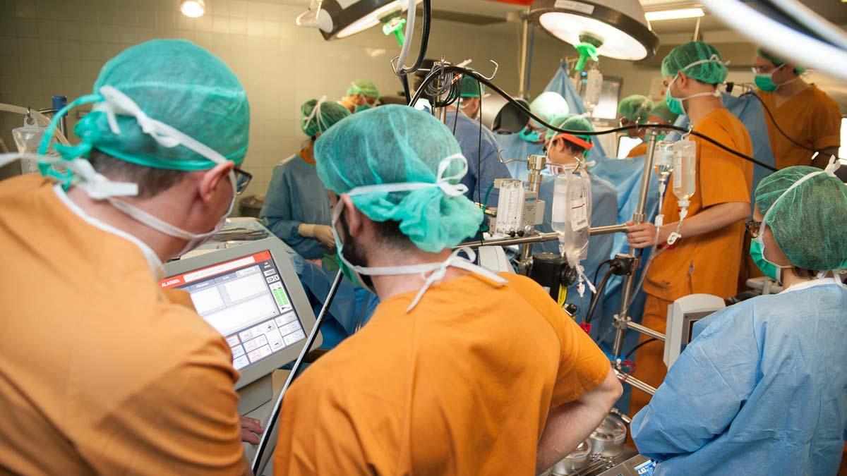 El Hospital de Bellvitge implanta su primer corazón totalmente artificial.