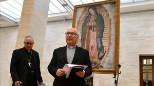 Luis Fernando Ramos (derecha) y Juan Ignacio González, miembros de la conferencia de obispos de Chile, durante la rueda de prensa del pasado viernes tras la dimisión de los obispos investigados.