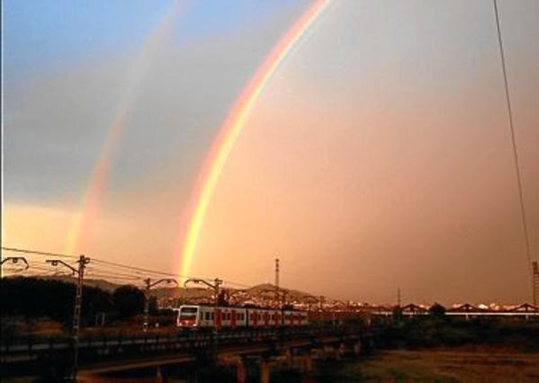 Imagen de un arcoiris doble en Sant Boi de Llobregat.