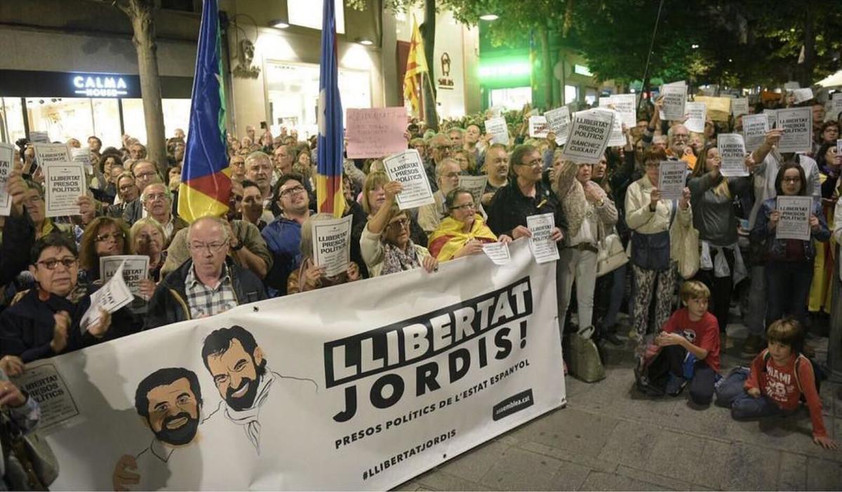 Imagen de la manifestación contra el encarcelamiento de ocho exconsellers de la Generalitat delante del Ayuntamiento de Mataró, este jueves por la tarde.
