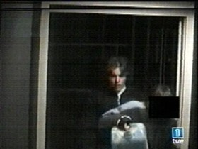 La cámara del cajero automático de La Caixa registró a uno de los acusados con el bidón de disolvente.