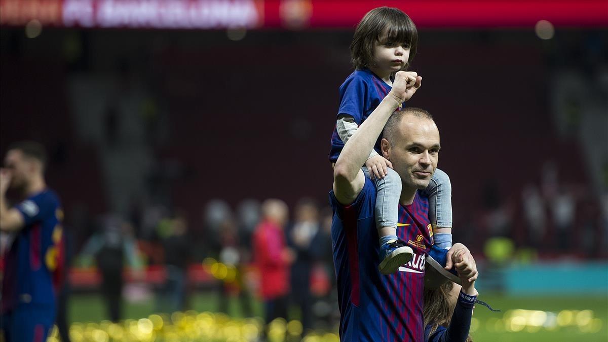 Iniesta a la cabeza del equipo azulgrana dando la vuelta de honor trasla consecución de la Copa del Rey al imponerse enla final de la copa al Sevilla.