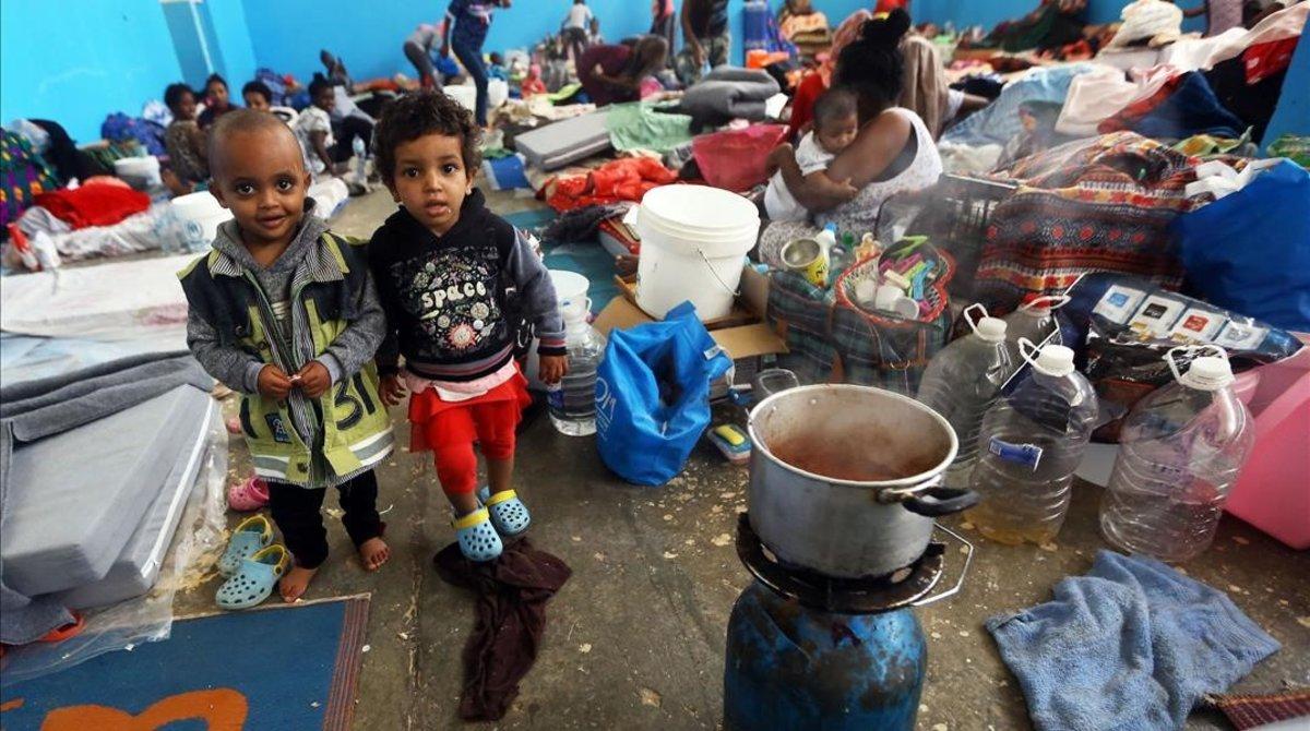Inmigrantes africanos que huyeron de las zonas de batalla en Libia, refugiados en un centro de Zawiya, al oeste de Trípoli.