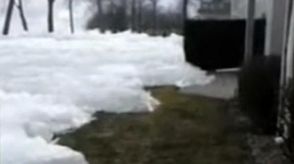 Imágenes del hielo avanzando hacia las casas, en Minnesota.