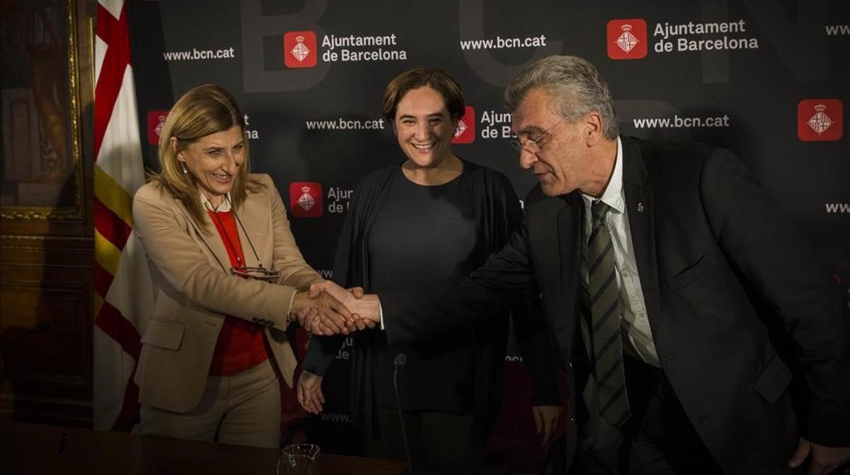 De izquierda a derecha, los alcaldes de Lampedusa, Barcelona y Lesbos, Giuseppina Nicolini, Ada Colau y Spyros Galinos.
