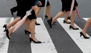 FRA06. TOKIO (JAPÓN), 14/03/2019.- Foto de archivo de varias jóvenes niponas con trajes oscuros típicos de los nuevos trabajadores cruzan un paso de cebra en Tokio (Japón) el 1 de octubre de 2013. Una japonesa ha lanzado una campaña en internet para poner fin a la costumbre de que las mujeres lleven zapatos de tacón al trabajo, una iniciativa inspirada en el #MeToo y que ha recabado decenas de miles de apoyos en Japón. EFE/ Franck Robichon