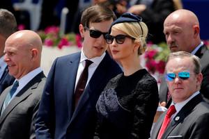 Jared Kushner habla con su esposa, Ivanka Trump, durante un acto en Israel.