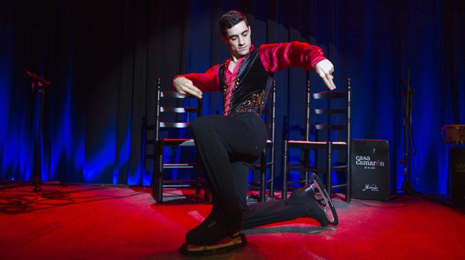 El campeón del mundo de patinaje sobre hielo , Javier Fernández, reinterpreta su programa corto con la malagueña de Plácido Domingo sobre el escenario de Casa Camarón