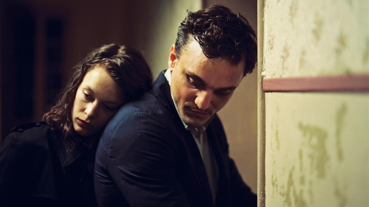 Franz Rogowski y Paula Beer, protagonistas de En transito, en una escena.