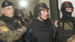 José López (en el centro), escoltado por agentes de operaciones especiales, el 14 de junio, en Buenos Aires.