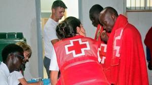 Voluntarios de Cruz Roja ayuda a inmigrantes subsaharianos recién desembarcados en Motril, donde los desembarcó Salvamento Marítimo.