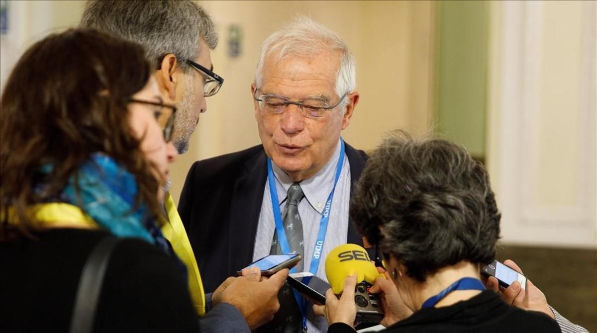 Josep Borrell atiende a la prensa a su llegada a la reunión informal de ministros de Exteriores de la UE en Viena.