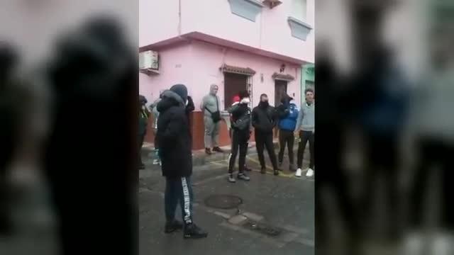 Un grupo de vecinos de La Línea de la Concepción trataron de impedir la llegada de un autobúsde ancianos enfermos de coronavirus.