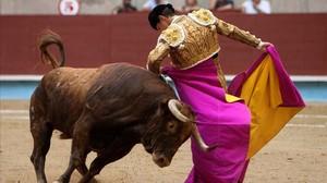 El Juli en su segundo toro de la tarde durante el primer festejo taurino de la feria de la Peregrina.