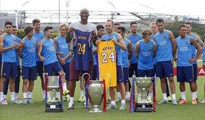 Kobe Byrant e Iniesta posan con los trofeos del triplete durante la gira americana del Barça en el 2015