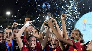 Las jugadoras de la selección española sub-17 festejan su título mundial en Uruguay.