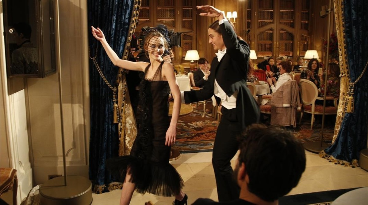 Lily-Rose Depp, con un modelo de Chanel.