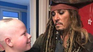 El actor Johnny Depp, como Jack Sparrow, en el Instituto Curie de París.